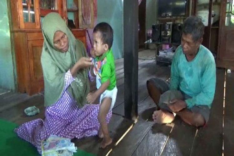 Tangis bocah tanpa anus dan saluran kencing DI Polewali mandar sulawesi barat mengeram kesakitan setiap kali buang kotoran
