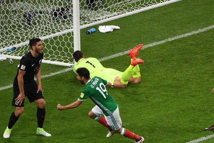 Selebrasi striker tim nasional Meksiko, Oribe Peralta (19), seusai sukses mencetak gol kemenangan tim ke gawang Selandia Baru pada pertandingan Grup A Piala Konfederasi 2017 di Stadion Olimpiade Fisht, Sochi, Rusia, pada Rabu (21/6/2017).