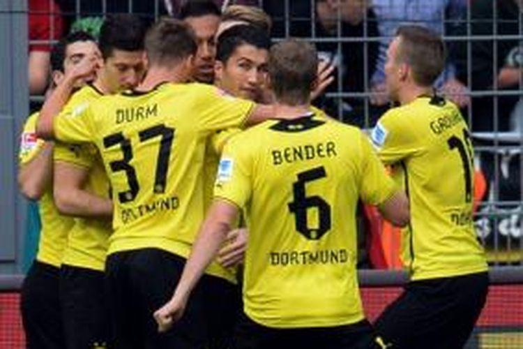 Para pemain Borussia Dortmund merayakan gol yang dicetak Marco Reus ke gawang Hannover 96 dalam lanjutan Bundesliga, di Stadion Signal Iduna Park, Dortmund, Sabtu (19/10/2013).