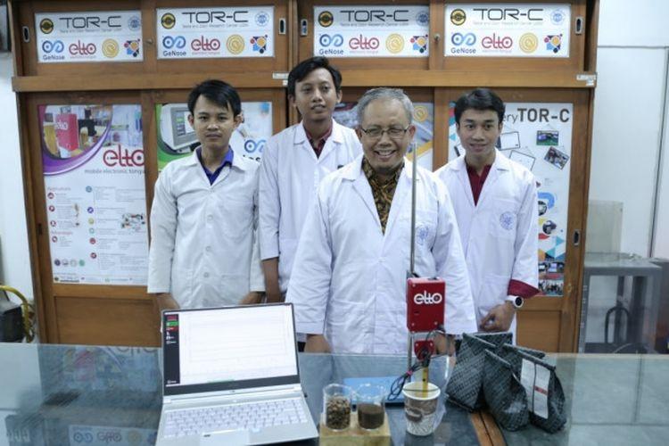 ELTO dikembangkan sejak tahun 2016 oleh Dr. Eng. Kuwat Triyana, M.Si. dari UGM bersama dengan tim mahasiswa dari program pascasarjana Fisika UGM, yakni Shidiq Nur Hidayat, Trsina Julian dan Aditya Rianjanu.