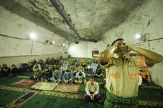 Para Pekerja Freeport Shalat Tarawih di Masjid Terdalam di Dunia
