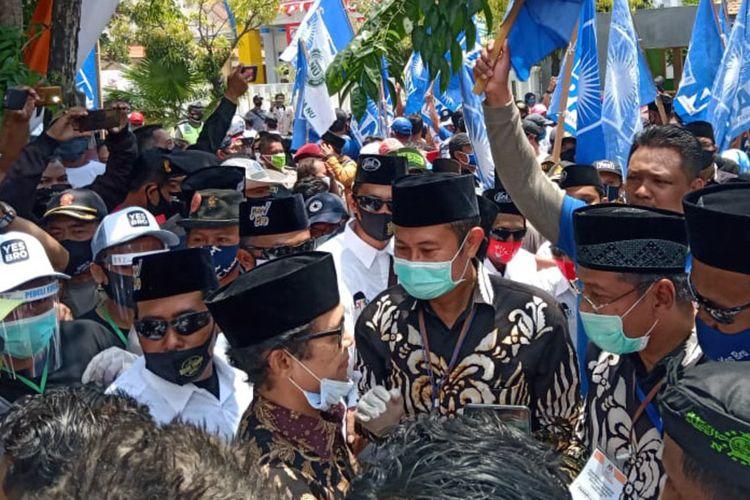 Pasangan Yuhronur Efendi-KH Abdul Rouf, saat hendak mendaftar ke kantor KPU Lamongan, Minggu (6/9/2020).
