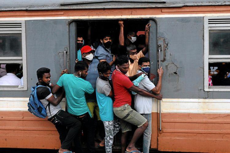Penumpang memakai masker memadati kereta hingga melebihi kapasitas untuk menuju ibukota, ditengah kekhawatiran atas penyebaran virus corona (COVID-19), di Kolombo, Sri Lanka, Rabu (8/7/2020).