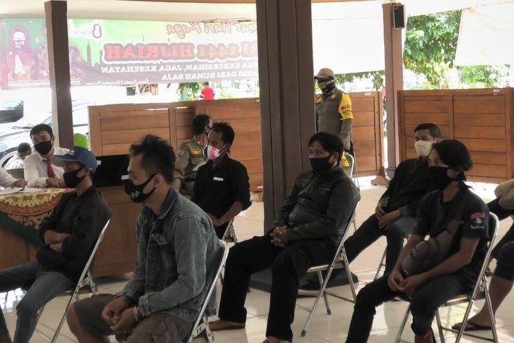 Sidang tipiring akibat tidak menggunakan masker oleh Pengadilan Negeri Purwokerto melalui konferenai video di Kantor Kecamatan Karanglewas, Kabupaten Banyumas, Jawa Tengah, Jumat (5/6/2020).
