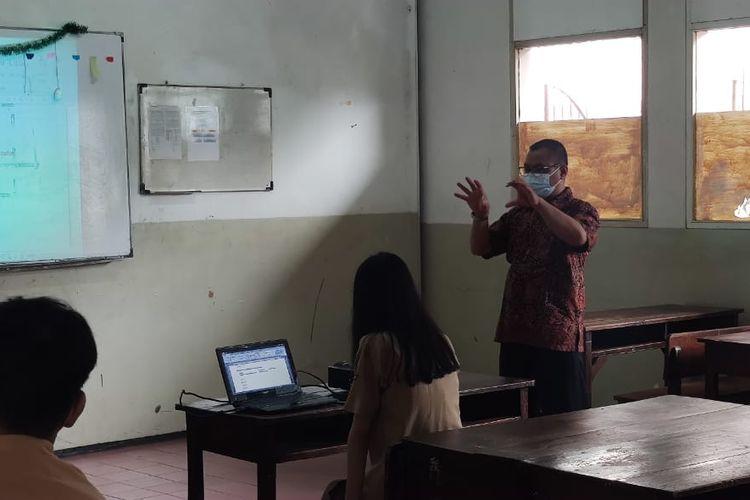 Widhi Wijayanto, guru seni budaya di SMK Bethel, Petamburan, Jakarta Pusat, senang akhirnya bisa kembali mengajar anak muridnya secara tatap muka, Rabu (9/6/2021).