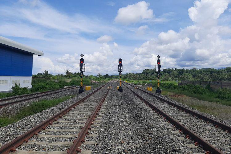 Jalur utama perlintasan Kereta Api (KA) Makassar-Parepare.