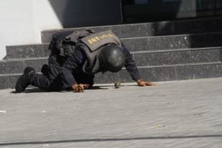 Tim gegana Polda Jateng mendeteksi granat yang dilempat orang tidak dikenal di depan tempat hiburan karaoke Happy Puppy Kota Magelang Jateng, Sabtu (6/7/2013).