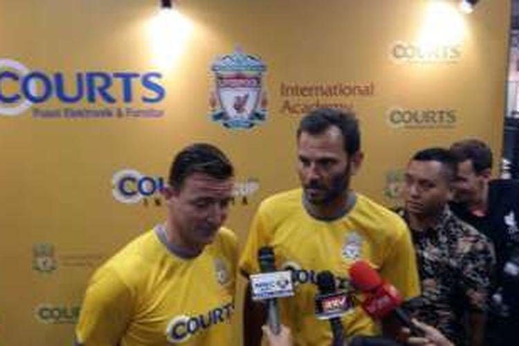Dua pemain legendaris Liverpool, Vladimir Smicer (kiri) dan Patrik Berger, menjalani sesi wawancara dengan awak media, di Courts Megastore Kota Harapan Indah, Bekasi, Minggu (27/11/2016).