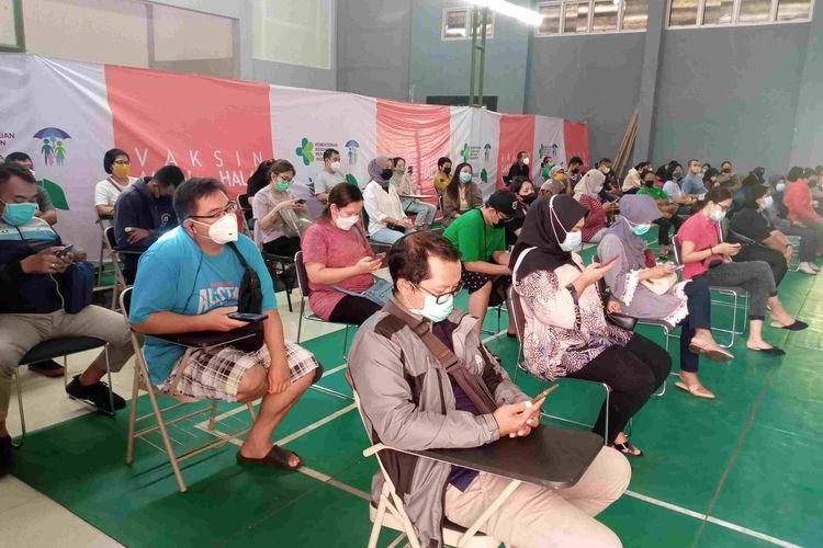 Masyarakat Salatiga mengantre pemberian vaksinasi massal di RSPAW.