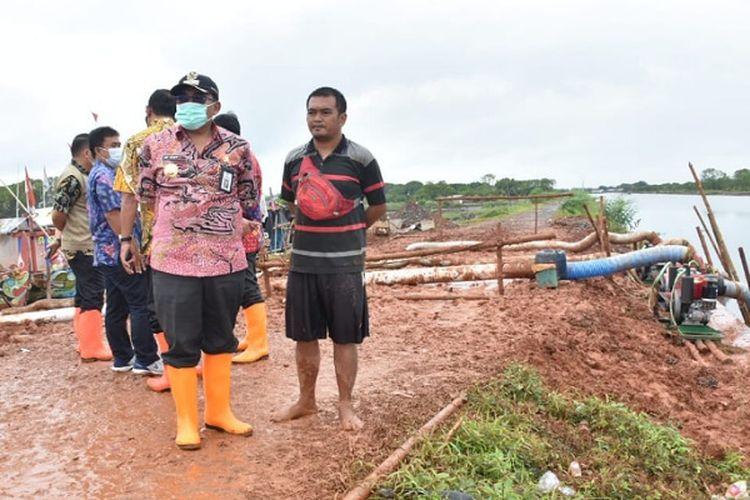 Bupati Pekalongan Asip Kholbihi meninjau kondisi tanggul dan pompa air di Kecamatan Wonokerto.