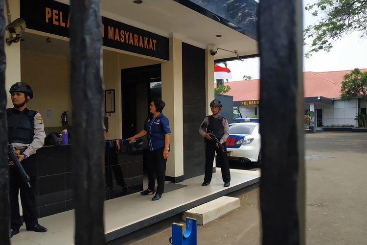 Mapolres Metro Bekasi Kota dijaga aparat kepolisian dengan atribut keamanan lengkap pada Rabu (13/11/2019) menyusul insiden bom bunuh diri di Mapolrestabes Medan, Sumatera Utara pagi tadi.
