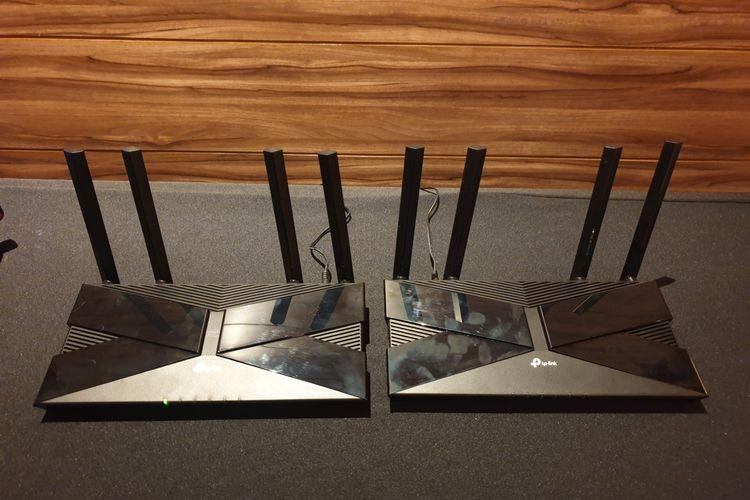 Router WiFi TP-Link Archer AX50 (kiri) dan AX10.