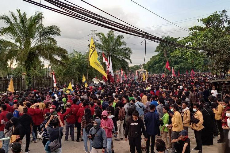 Suasana aksi massa depan kantor DPRD Kaltim di Jalan Teuku Umar, Samarinda, Senin (12/10/2020).