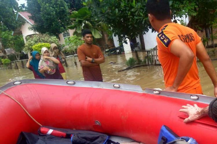 Warga dievakuasi dari lokasi banjir di Desa Rayeuk Pange, Kecamatan Pirak Timu, Kabupaten Aceh Utara, Sabtu (5/12/2020)