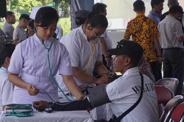 Kegiatan bakti sosial pengobatan gratis dalam rangka Waisak Nasional 2563 BE/2019 di Candi Borobudur, 14-15 Mei 2019.