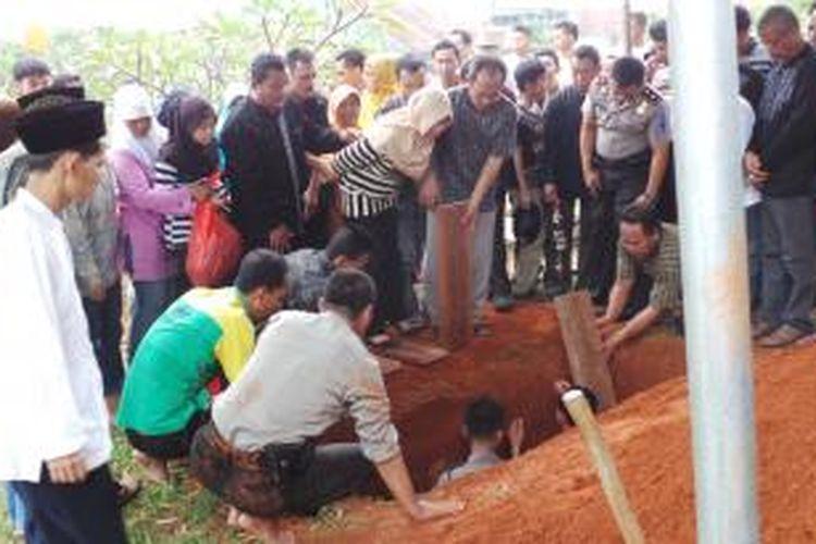 Suasana pemakaman almarhum Aiptu Dwiyatna, di tanah wakaf, Pamulang Barat, Tangerang, Rabu (7/8/2013). Suasana haru menyelimuti lokasi. Istri beserta tiga anak almarhum tampak kegilangan atas kepergian Dwiyatna secara mendadak.