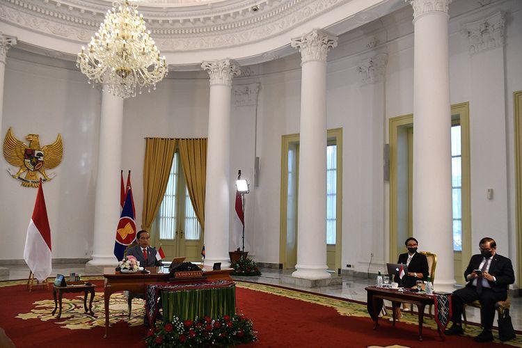 Presiden Joko Widodo (kiri) didampingi Menlu Retno Marsudi (kedua kanan) dan Seskab Pramono Anung menghadiri KTT ASEAN ke-36 secara virtual di Istana Bogor, Jawa Barat, Jumat (26/6/2020). Dalam KTT dengan tuan rumah Vietnam tersebut, Presiden Joko Widodo menekankan pentingnya untuk memperkuat kerja sama antar negara anggota ASEAN dalam pemulihan ekonomi dampak pandemi COVID-19 serta mengusulkan perlunya pengaturan ASEAN Travel Corridor.