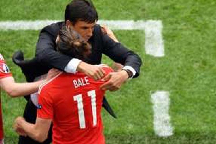Pelatih Wales, Chris Coleman, merayakan gol Gareth Bale ke gawang Slovakia pada pertandingan pertama Grup B Piala Eropa 2016, Sabtu (11/6/2016).