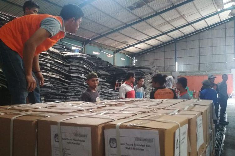 Surat suara yang baru tiba langsung disimpan di gudang KPU Garut, Jumat (29/3/2019)