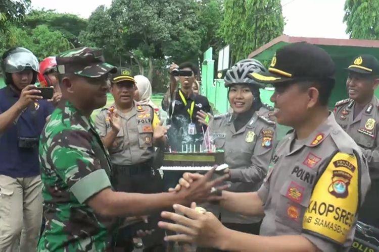 Kapolres Polman dan jajarannya antar kue ultah HUT TNI ke=74 ke Markas Kodim dengan bersepeda, Kamis (3/10/2019).