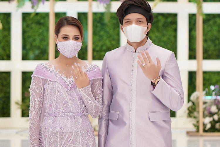 Atta Halilintar dan Aurel Hermansyah usai menggelar acara lamaran di hotel Intercontinental, Jakarta Selatan, Sabtu (13/3/2021).