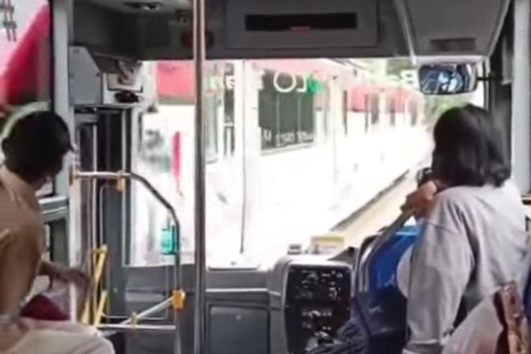 Tangkapan layar video viral bus BST bersrempetan dengan KA Bathara Kresna di Jalan Slamet Riyadi Solo, Jawa Tengah.