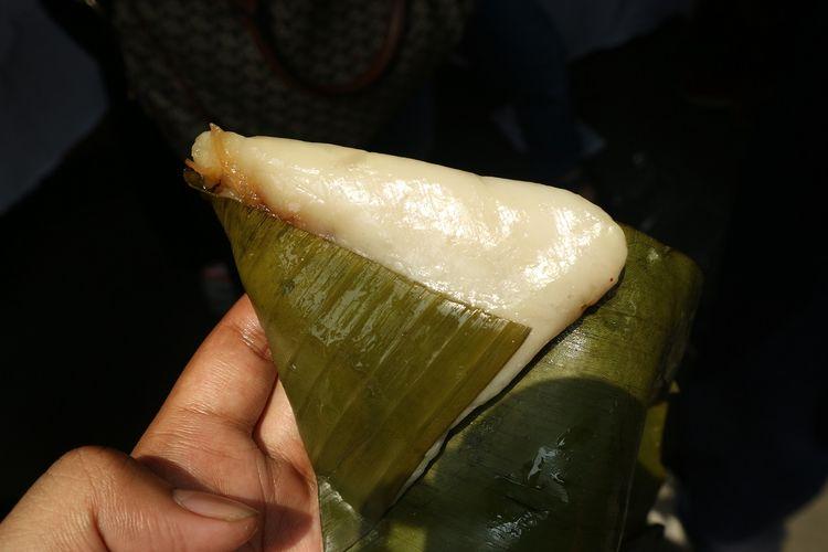 Pisang Udang, makanan khas Kampung Tugu yang sekilas mirip nagasari namun berbeda. Isinya berupa cacahan udang dan dibungkus dengan daun pisang.