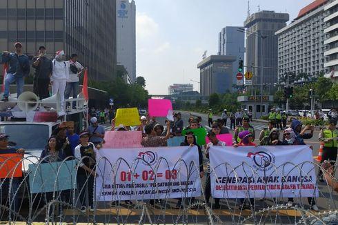 Demo di Bawaslu Dibuka dengan Menyanyikan Indonesia Raya, Dilanjut Shalat Berjamaah