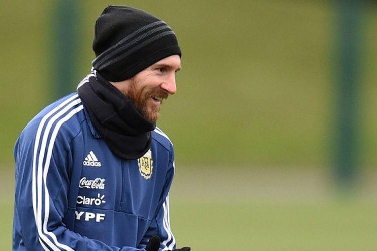 Megabintang Argentina, Lionel Messi, menjalani sesi latihan di City Academy training complex, Manchester, Inggris, pada 21 Maret 2018.
