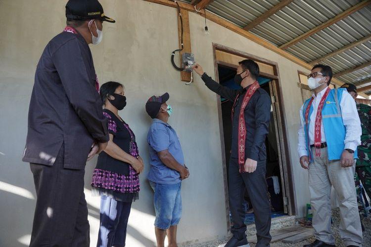 Bupati Kapuas Hulu Fransiskus Diaan bersama pihak PLN Kalbar meninjau pemasangan aliran listrik di daerah perbatasan Indonesia-Malaysia, belum lama ini.