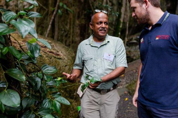 Rahula Perera asal Sri Lanka (kiri) sedang berada di Queensland, Australia, untuk belajar mencontoh Australia dalam mengelola wisata alam. (ABC News)