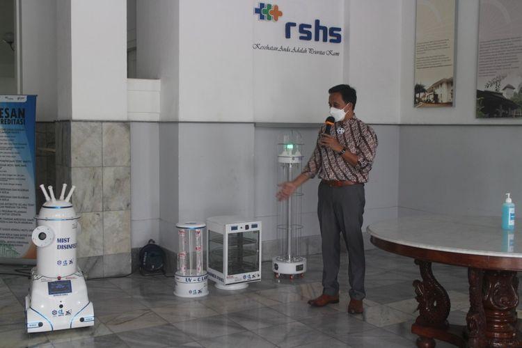 Tampak petugas tengah memperlihatkan dua produk riset LIPI yang dihibahkan ke RSHS Bandung, yakni alat sterilisasi bernama ROM20 dan Si-Susan.