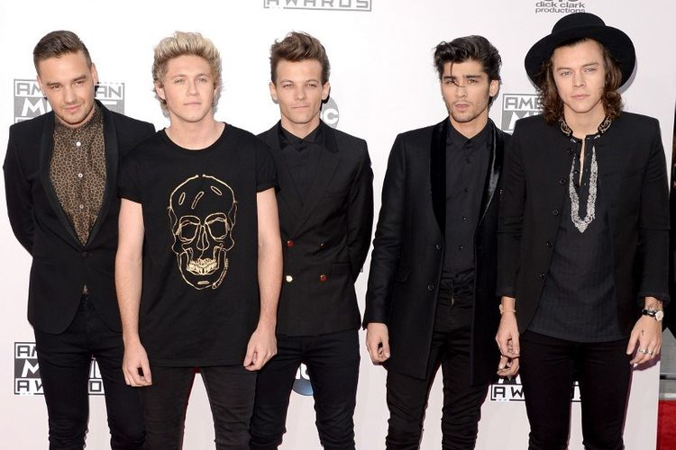 Boyband One Direction (dari kiri ke kanan) Liam Payne, Niall Horan, Louis Tomlinson, Zayn Malik, dan Harry Styles menghadiri American Music Awards 2014 yang digelar di Nokia Theatre L.A. Live, Los Angeles, California, pada 23 November 2014.