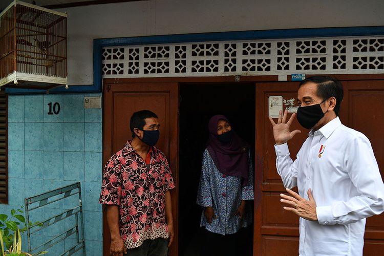Presiden Joko Widodo (kanan) berbincang dengan warga saat meninjau proses distribusi sembako tahap ketiga bagi masyarakat kurang mampu dan terdampak COVID-19 di kawasan Johar Baru, Jakarta Pusat, Senin (18/5/2020). Dalam blusukan ini, Presiden Jokowi ingin mengecek langsung penyaluran sembako pada masyarakat setempat.
