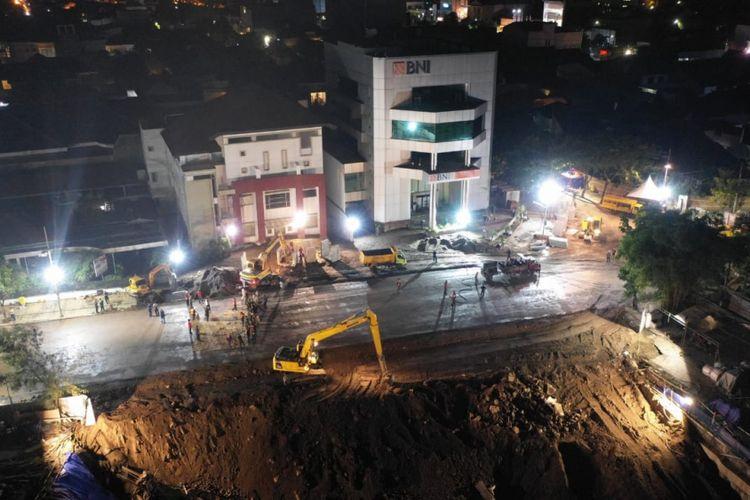 Jalan Raya Gubeng, Surabaya, yang ambles kini sudah tersambung dan telah masuk tahap pengaspalan, Selasa (25/12/2018). Proses perbaikan jalan yang ambles itu disebut Wali Kota Surabaya, Tri Rismaharini, berjalan lebih cepat dari rencana awal.