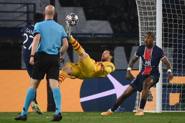Kapten Barcelona Lionel Messi melepaskan tendangan salto pada laga leg kedua babak 16 besar Liga Champions 2020-2021 melawan Paris Saint-Germain di Stadion Parc des Princes, 10 Maret 2021.