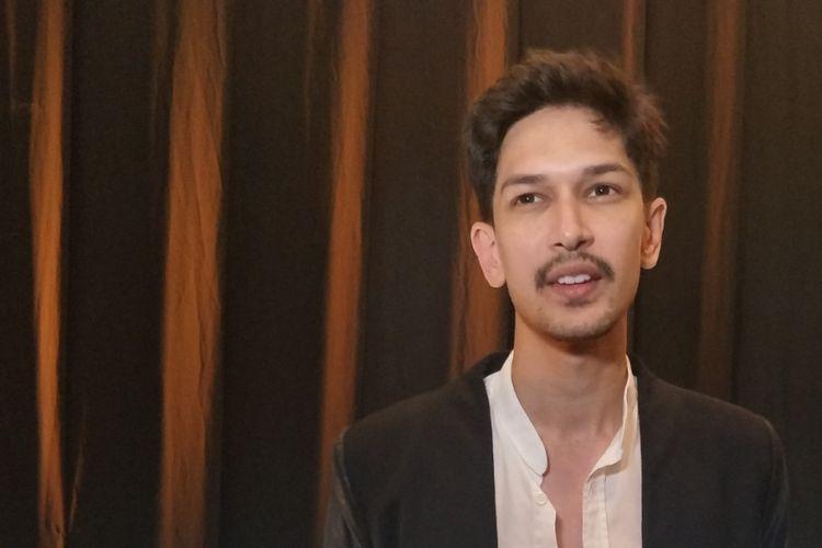 Dimas Beck saat menghadiri pagelaran tunggal perancang aksesoris Rinaldy Yunardi di Ritz Carlton Hotel, Jakarta Selatan, Rabu (13/12/2017) malam.