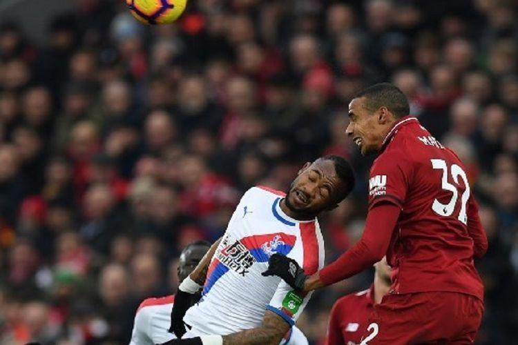 Joel Matip dan Jordan Ayew mencoba menyundul bola pada pertandingan Liverpool vs Crystal Palace di Stadion Anfield dalam lanjutan Liga Inggris, 19 Januari 2019.