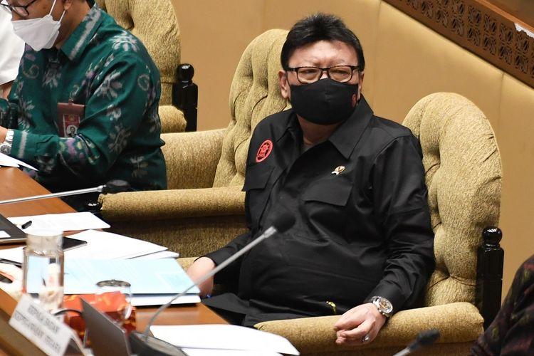 Menteri Pemberdayaan Aparatur Negara dan Reformasi Birokrasi (Menpan RB) Tjahjo Kumolo mengikuti rapat kerja dengan Komisi II DPR di Kompleks Parlemen, Senayan, Jakarta, Selasa (8/6/2021). Raker tersebut membahas evaluasi pelaksanaan anggaran 2021 serta pembicaraan pendahuluan pembahasan RAPBN 2022 dan rencana kerja pemerintah tahun 2022. ANTARA FOTO/Hafidz Mubarak A/wsj.