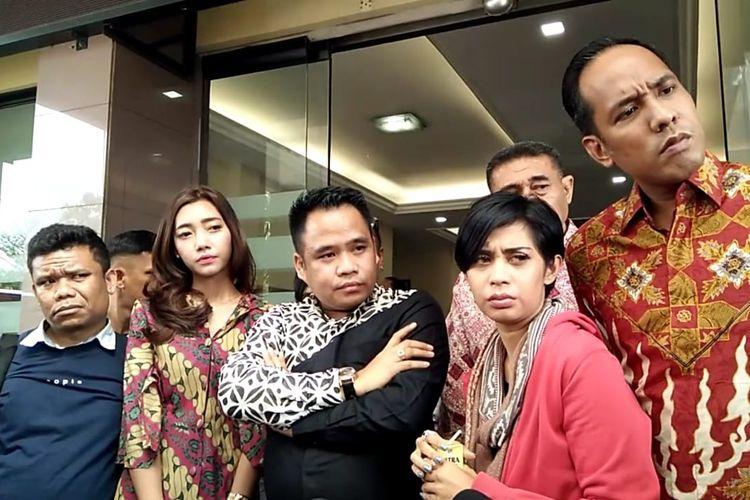 Karen Pooroe didampingi tim kuasa hukum saat konfrontasi di Polres Jakarta Selatan, Jumat (21/2/2020)(KOMPAS.com/ MELVINA TIONARDUS)
