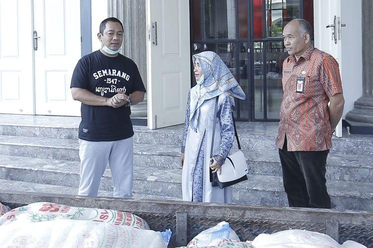 Wali Kota Semarang Hendrar Prihadi saat menerima bantuan sosial dari beberapa pihak swasta untuk penanganan Covid-19, Jumat (3/4/2020).