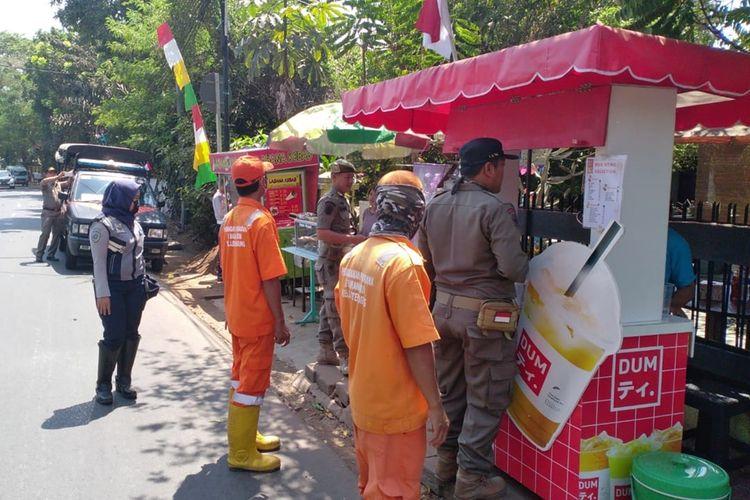 Petugas tertibkan PKL dan Ojol yang mangkal di trotoar di kawasan Lenteng Agung, Jakarta Selatan, Rabu (21/8/2019)