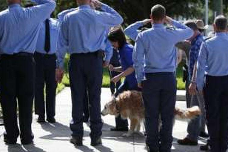 Para petugas berbaris dan memberi penghormatan terakhir untuk Bretagne saat dibawa ke dokter hewan untuk disuntik mati.