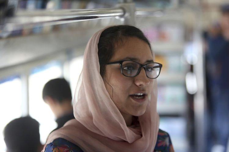Freshta Karim (25), penggagas perpustakaan bus, Charmaghz, ingin memberikan kesempatan membaca kepada anak-anak di Afghanistan.