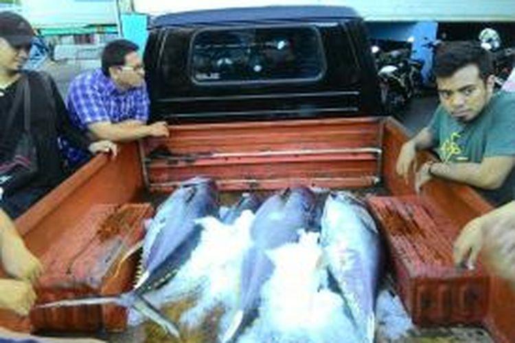Ikan Tuna Sirip Kuning hasil tangkapan nelayan yang berada di mobil milik salah satu perusahaan cold storage, Bitung, Sulawesi Utara, Jumat (4/12/2015)