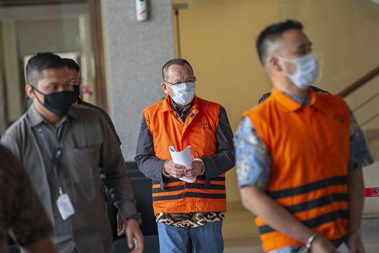 Tersangka kasus dugaan suap gratifikasi senilai Rp46 miliar, Nurhadi (tengah) dan Riesky Herbiyono (kanan) berjalan usai menjalani pemeriksaan di Gedung KPK, Jakarta, Selasa (2/6/2020). KPK menangkap Nurhadi yang merupakan mantan Sekretaris Mahkamah Agung (MA) dan menantunya, Riezky Herbiyono di Simprug, Jakarta Selatan pada Senin (1/6) malam setelah buron sejak hampir empat bulan lalu.