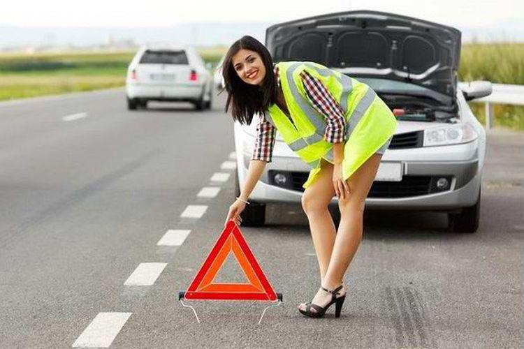 Ilustrasi Pasang Segitiga Pengaman ketika Mobil Berhenti di Pinggir Jalan.