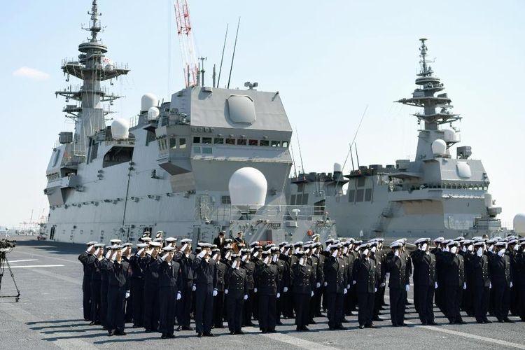 Personil Pasukan Bela Diri Kelautan Jepang (MSDF) memberi hormat dari atas kapal penghancur helikopter, Kaga pada Maret tahun lalu.