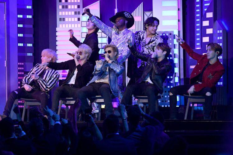 BTS tampil bersama Lil Nas X di panggung Grammy Awards 2020, pada 26 Januari 2020 waktu Amerika