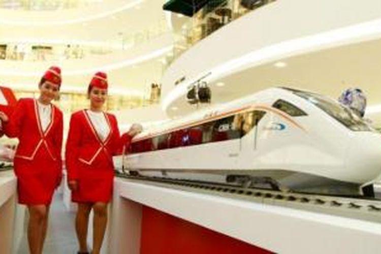 Model berfoto dengan miniatur kereta cepat milik Tiongkok pada pameran Kereta Cepat dari Tiongkok di Senayan City (Sency), Jakarta Pusat, Kamis (13/8/2015). Pemerintah Indonesia merencanakan pembangunan kereta cepat Jakarta-Bandung dan Pemerintah Tiongkok merupakan salah satu pihak yang menawarkan kerjasama dalam pembangunan kereta cepat tersebut.
